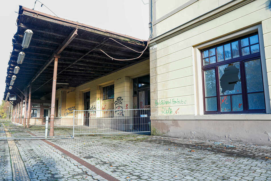 Der Bereich am Gebäude ist abgesperrt. Dort ist Privatgelände der Bahnhofs-Eigentümer.