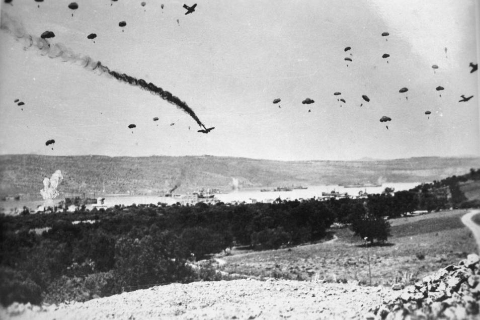 Fallschirmspringer landen im Mai 1941 auf Kreta - Rechtsextreme wollen vor Ort an die Invasion des Dritten Reichs erinnern.