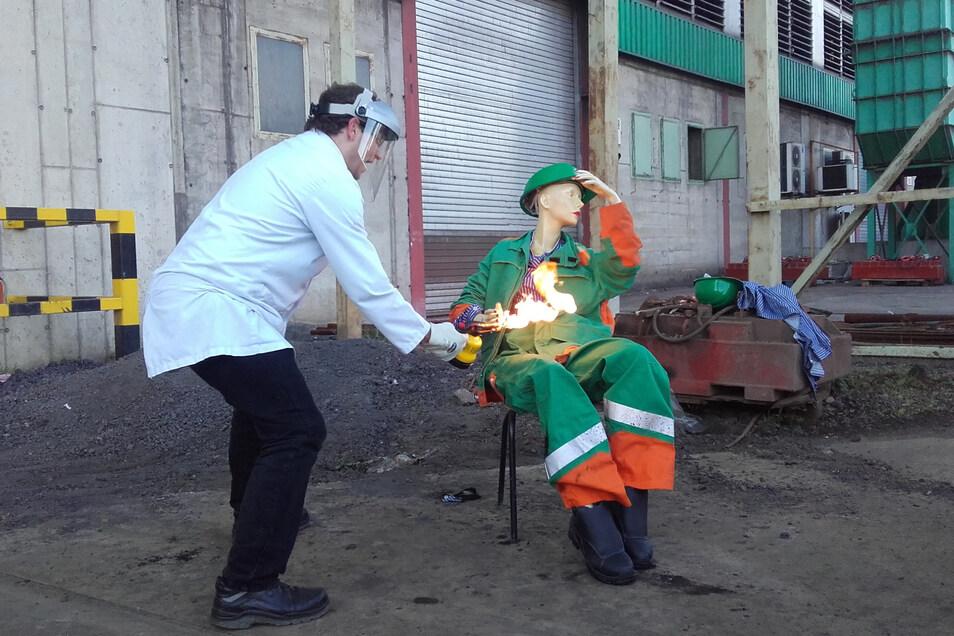 Das wird heiß: Pascal Heger vom Tüv Nord führt vor, was die Schutzkleidung im Feralpi-Stahlwerk aushält.