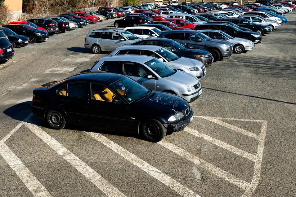 Auf dem Parkplatz gegenüber dem Wesenitz-Sportpark in Bischofswerda werden die Autos bisher ungeordnet abgestellt, weil Markierungen fehlen oder kaum noch erkennbar sind. Das ändert sich jetzt.