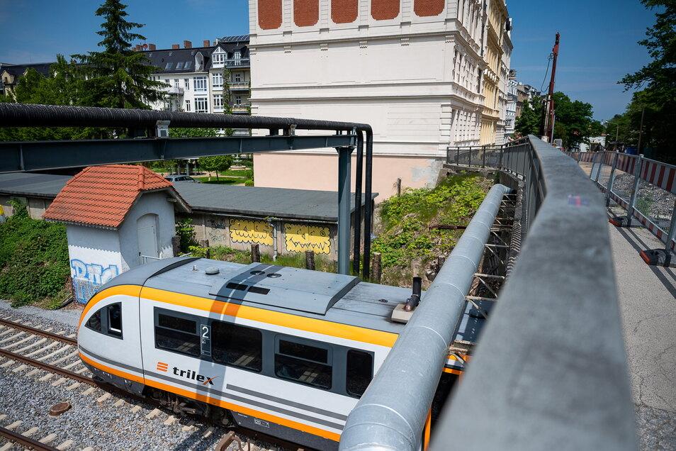 Noch läuft der Bahnverkehr unter der alten Blockhausbrücke. Wegen des Abrisses gibt es immer wieder Sperrungen der Strecke von Deutschland nach Polen und umgekehrt.