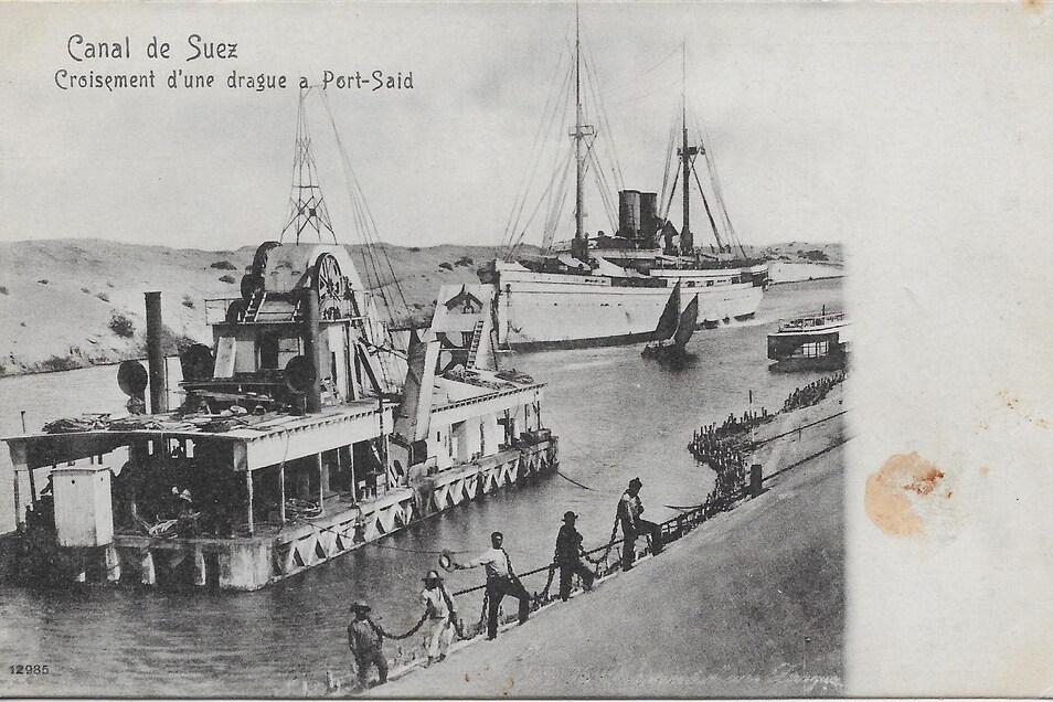 Der Suezkanal mit Schleppdampfer Anfang des 20. Jahrhunderts auf einer Postkarte.