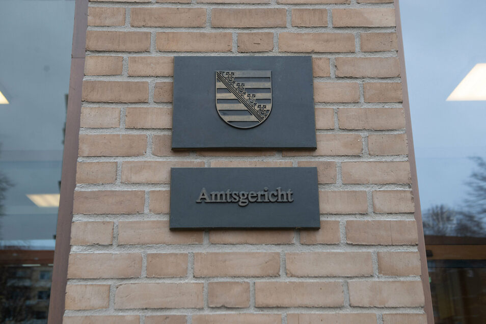 In Abwesenheit hat das Amtsgericht Dresden einen früheren Flottillenadmiral verurteilt. Der 83-jährige Angeklagte ist inzwischen ein Pflegefall.