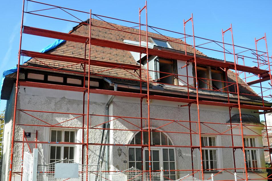 Beim Erwerb eines älteren Hauses werden oft sofort die Gerüste für Sanierungsarbeiten notwendig.