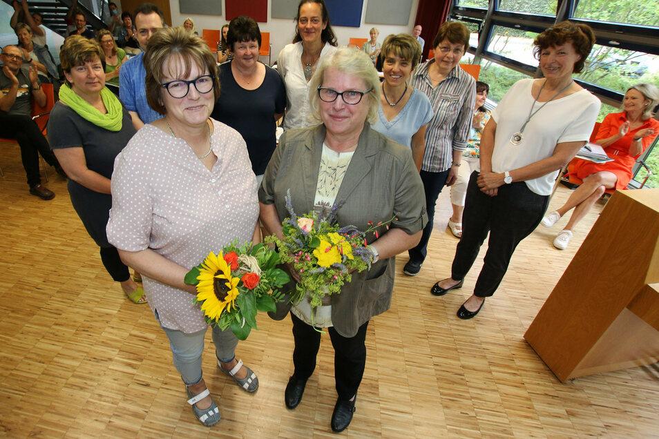 Dagmar Koslowski (vorn links) und Barbara Mehner sind vom Kollegium des Martin-Luther-Gymnasiums am Montag in den Ruhestand verabschiedet worden.