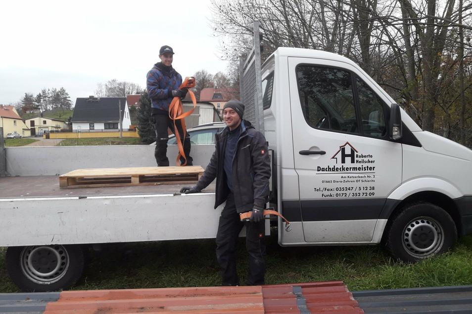 Die Dachdeckerfirma Heilscher aus der Gemeinde Diera-Zehren bringt Dachteile für Reparaturen in den Elbetierpark.