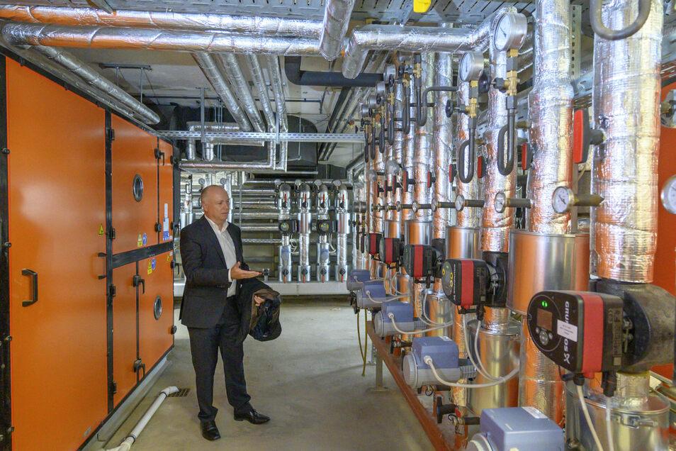 Ein Stockwerk unter den Umkleiden: Hier zeigt Reiner Striegler die Lüftungs- und Badewassertechnik. Die Belüftungsanlage ist neu – in ihr steckt der Großteil der zuletzt in die Schwimmhalle investierten Millionen.