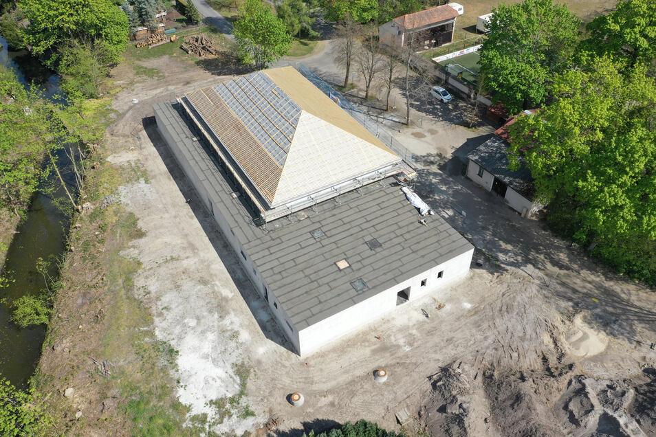 Die Vergabe von Losen für den Weiterbau der neuen Sporthalle in Kreba-Neudorf ließ keinen Aufschub zu. Die Gemeinderäte fassten diesmal unter freiem Himmel ihre Beschlüsse.