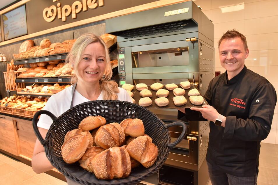 """In dem neuen Pennymarkt ist auch eine Filiale der Bäckerei Wippler eingezogen. Doreen und Andreas Wippler präsentieren Brötchen, die """"Graupaer"""" heißen und nur am Standort gebacken und verkauft werden."""