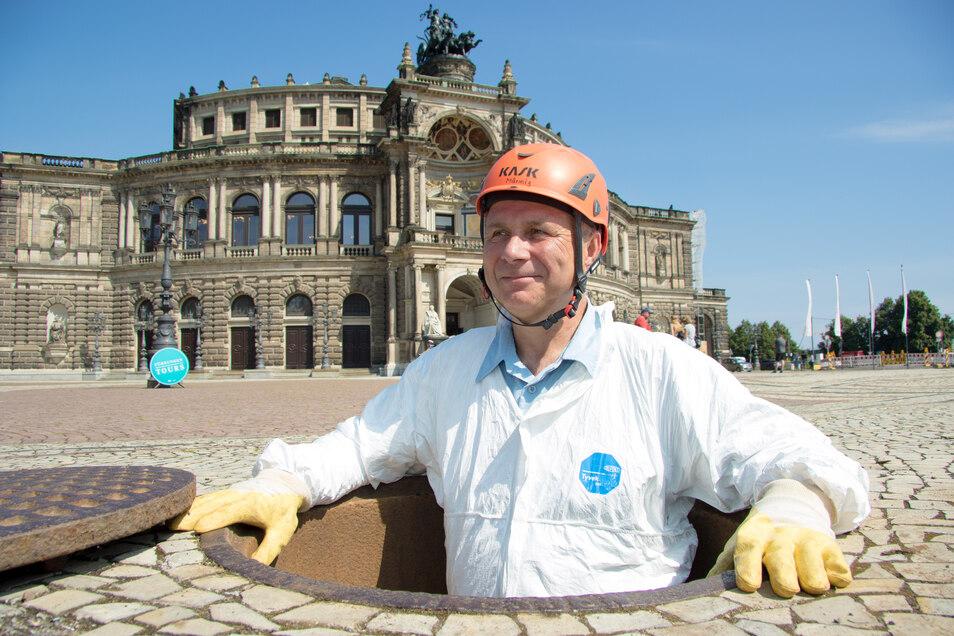 """Kanalnetzchef Frank Männig steigt wieder aus Dresdens ältestem Kanal hinauf. Der wurde zu der Zeit angelegt, als italienische Handwerker die Hofkirche bauten. Denn auf dem heutigen Theaterplatz hatten sie ihr """"Italienisches Dörfchen""""."""