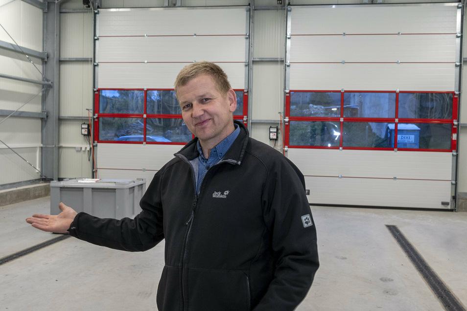 Lampertswaldes Bürgermeister Rene Venus blickt für die SZ auf das alte Jahr zurück, hier im neuen Feuerwehrgerätehaus im Ortsteil Niegeroda.