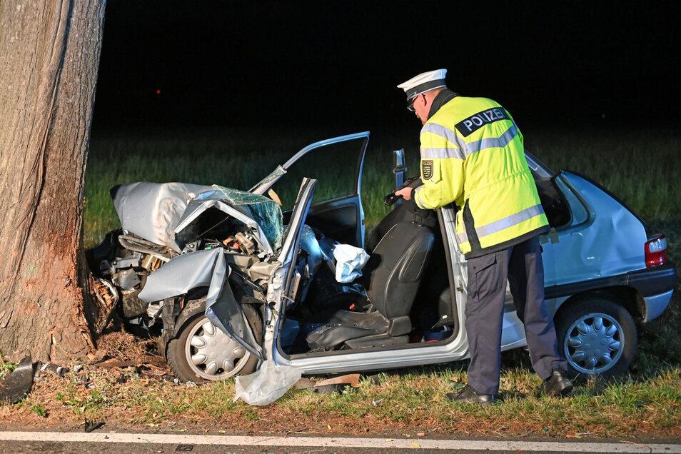 Ein Zitroen Saxo ist am Montagmorgen bei Panschwitz-Kuckau gegen einen Baum geprallt. Der 44-jährige Fahrer wurde schwer verletzt.