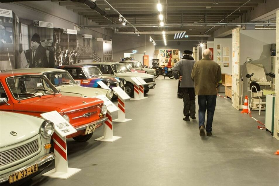 Am Sonntag wird die neue Ausstellung eröffnet. Viele der Radebeuler Exponate wie Trabi und Co. haben bereits ihren Platz in den neuen Räumen im Simmel-Center gefunden.