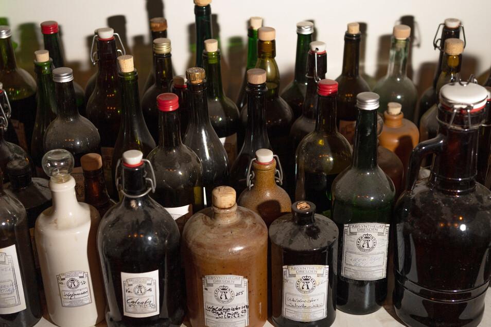 Flaschen mit Extrakten für Herstellung von Gin und Absinth stehen in der Dresdner Spirituosen Manufaktur.