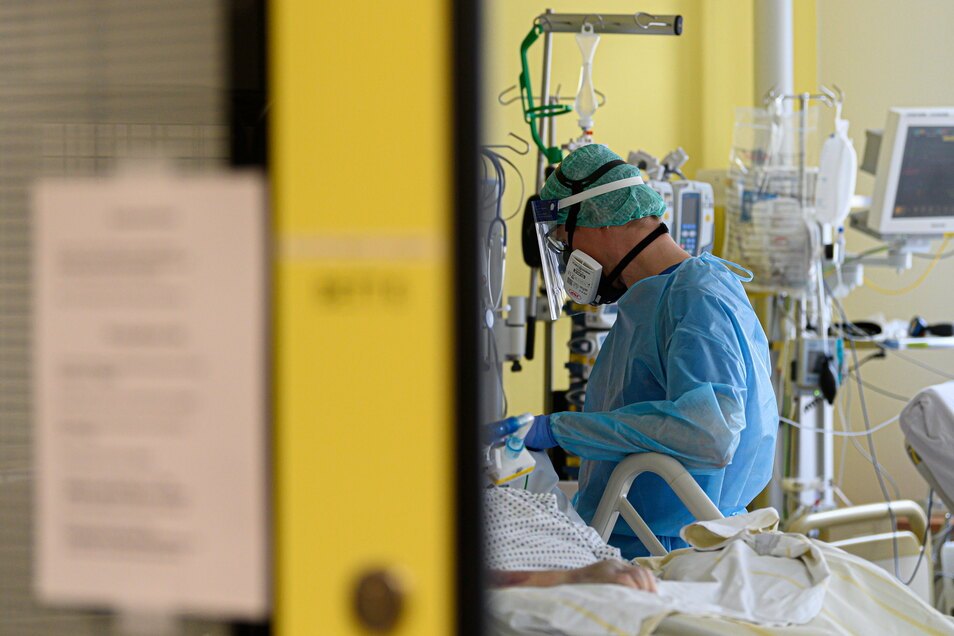 Während weltweit gegen Corona geimpft wird, suchen Ärzte und Pharmakologen auf Hochtouren nach Medikamenten gegen das Virus.
