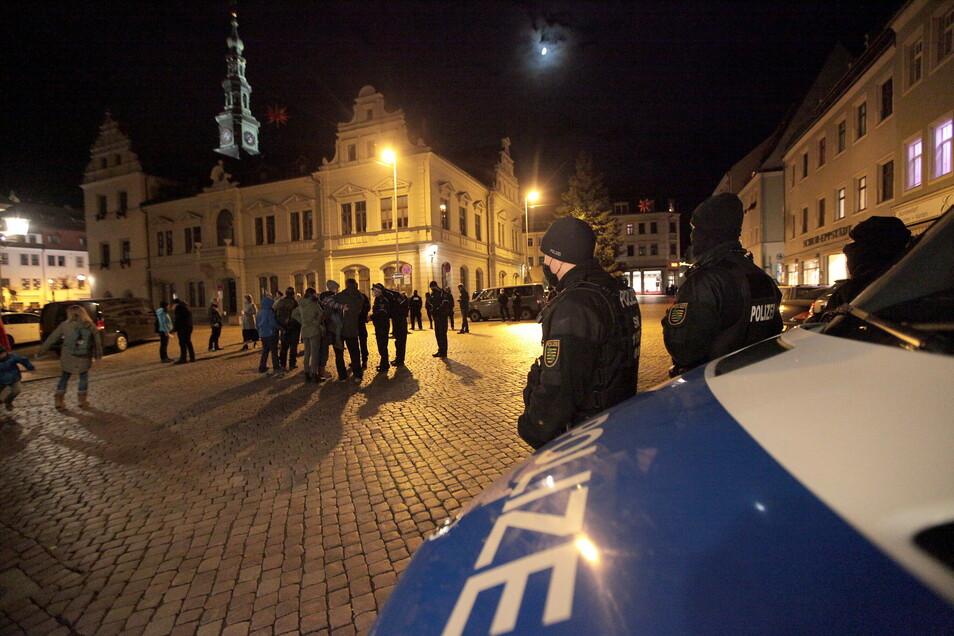 Polizisten am Montagabend auf dem Pirnaer Markt. Bei der nicht angemeldeten Kundgebung gab es drei Platzverweise.