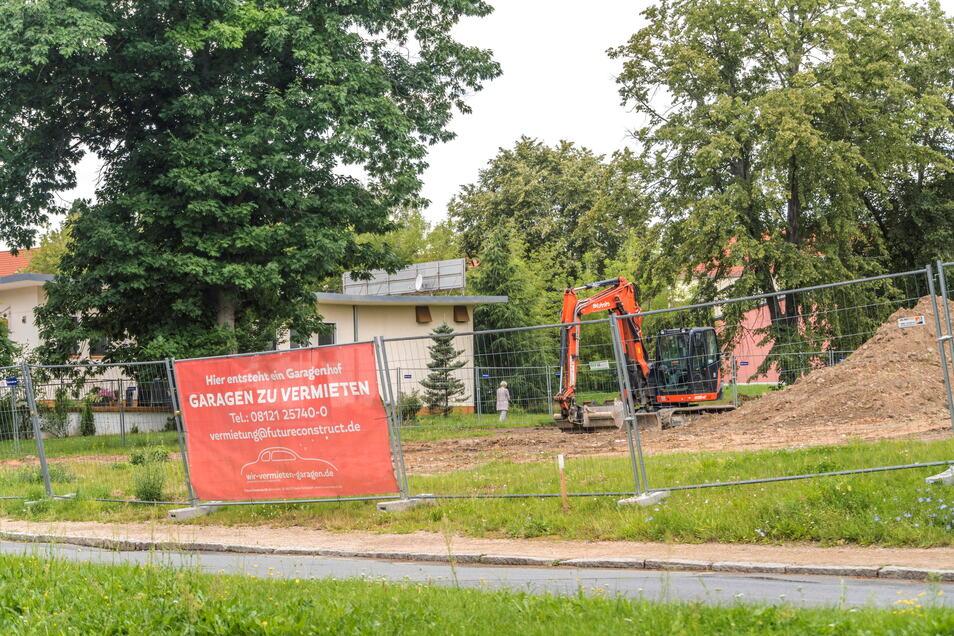 Neben der Gaststätte am Humboldtring (Hintergrund) in der Pausitzer Delle soll ein Garagenkomplex entstehen. Doch die Stadt Riesa hat dem Projekt erst einmal einen Riegel vorgeschoben.