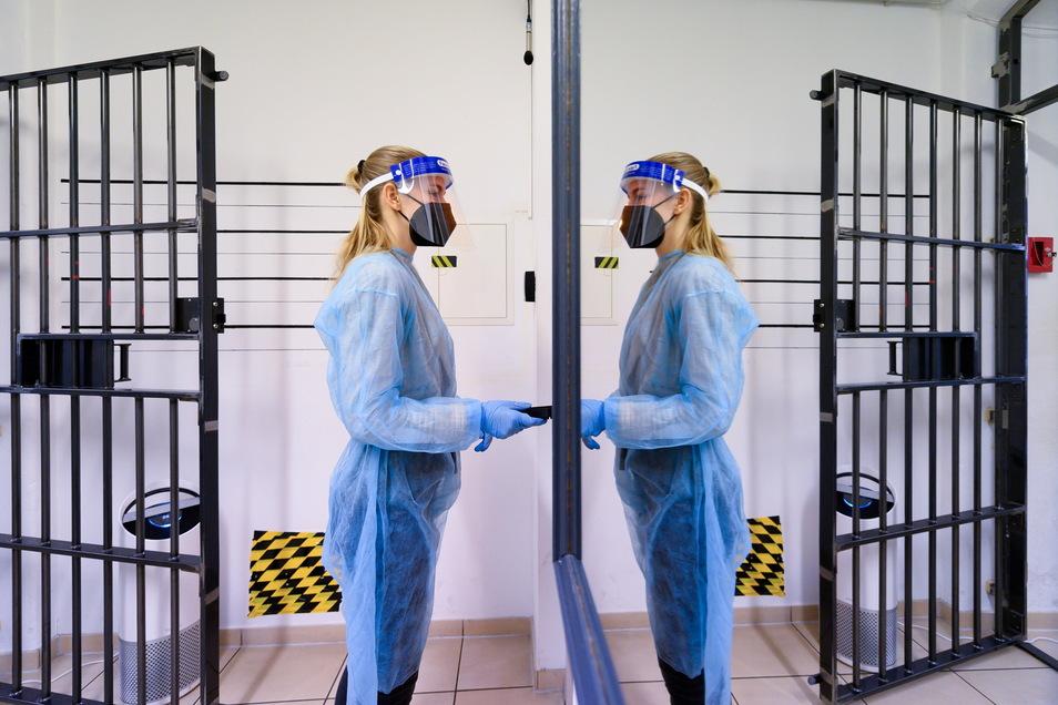 Eine Mitarbeiterin im Corona-Checkpoint Teamescape in der Dresdner Neustadt: Der Escape-Room, ein realitätsgetreu nachgebauter thematischer Raum, in dem sonst Spieler einer vorgeschriebenen Zeit Rätsel lösen müssen, wird derzeit sowohl für Antigen-Schnell