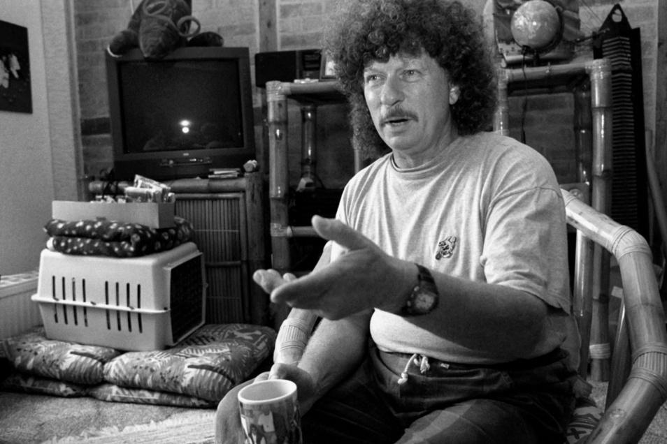 Der Rockmusiker Harry Jeske bei einem Interview in seinem Haus in Wismar im September 1997.