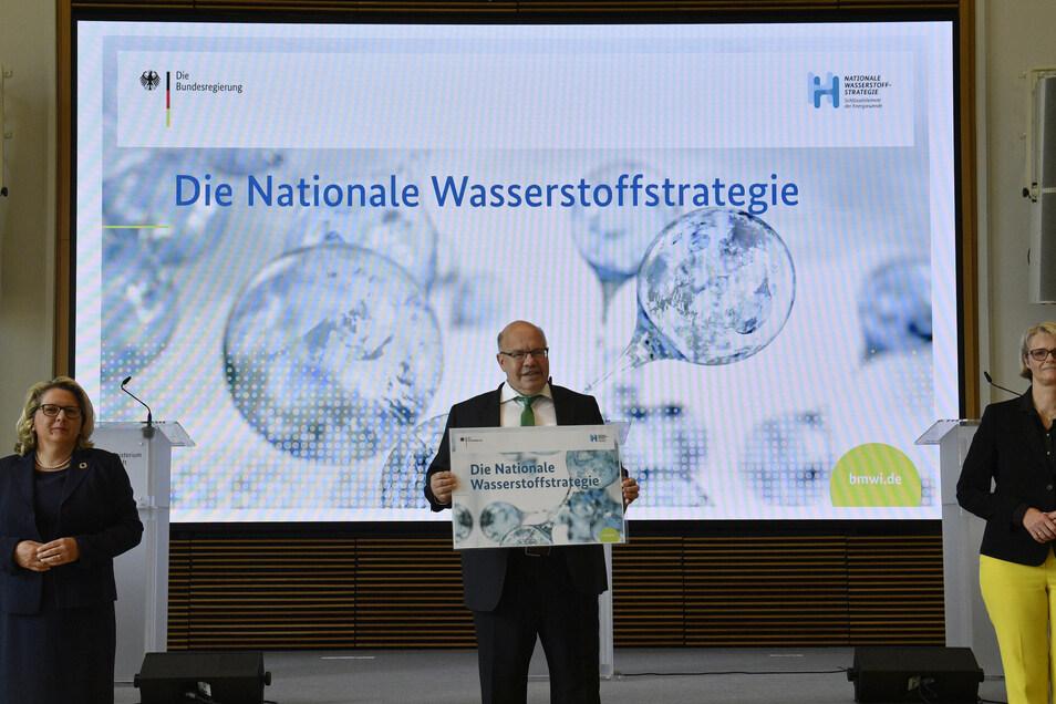Bundeswirtschaftsminister Peter Altmaier (CDU, Mitte) hat schon eine Wasserstoffstrategie. Die Länder Sachsen und Sachsen-Anhalt arbeiten nun an ähnlichen Vorhabenlisten für ihre Gebiete.