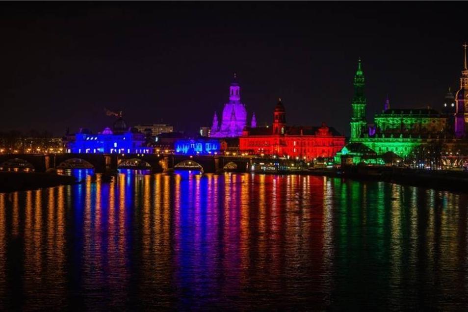 Die Dresdner Altstadt wurde am Montag mit buntem Licht bestrahlt.