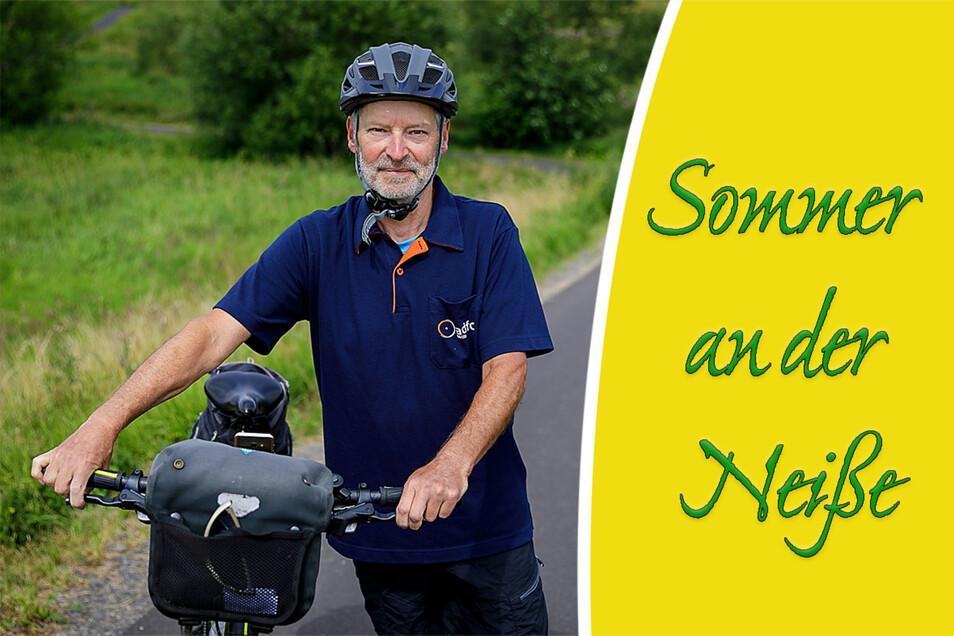 Peter Schellin vom ADFC aus Görlitz steht mit seinem Fahrrad auf dem Radweg am Rande der polnischen Ortschaft Radomierzyce (Radmeritz).