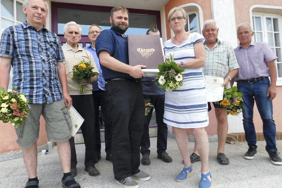 Fünf von sechs aktuellen Ortschronisten der Gemeinde Krauschwitz und ihrer Ortsteile wurden jetzt durch Bürgermeister Tristan Mühl (in Dunkelblau und Schwarz) offiziell berufen.