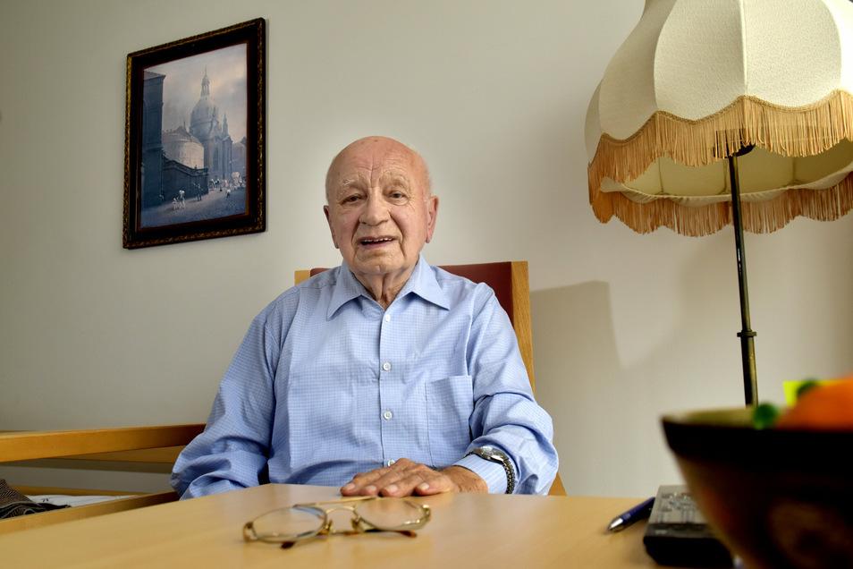 Auch mit 95 Jahren ein guter Erzähler, der sich sehr präzise erinnert: Hauptlöschmeister Heinz Heine im Ruhestand.