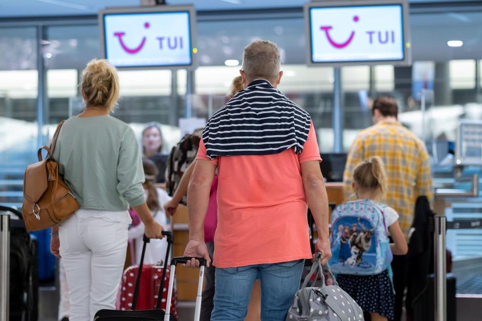 Fluggäste mit dem Reiseziel Mallorca im vergangenen August am Airport Hannover.