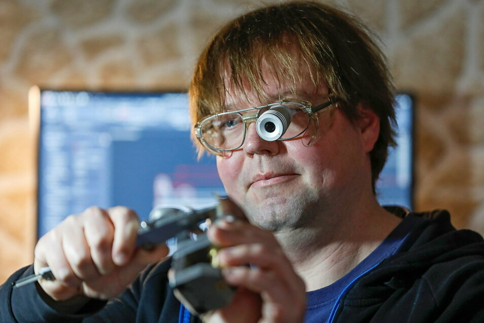 Jens Schöntube ist ausgebildeter Zerspanungsmechaniker. Trotz seiner starken Sehbehinderung kann er auf einer computergesteuerten Fräse Präzisionsteile herstellen.
