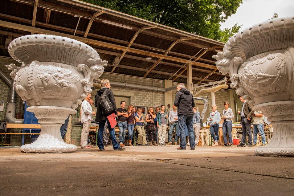 Im Großenhainer Natursteinbetrieb Hartmut Witschel hatten sich die Steinbildhauer getroffen, die die Prunkvasen aus Carrara-Marmor hergestellt haben.