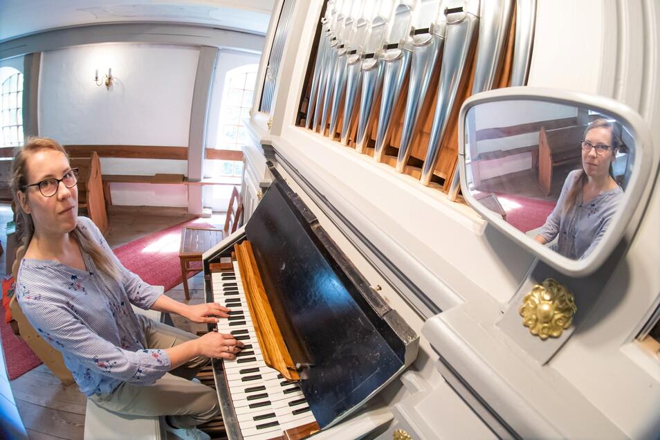 """Julia Reinhold, hier an der Orgel in der Kirche Kosel, ist Kirchenmusikerin für das Pfarrsprengel """"Am Weißen Schöps"""", das Rietschen, Daubitz, Hähnichen und Kosel umfasst."""