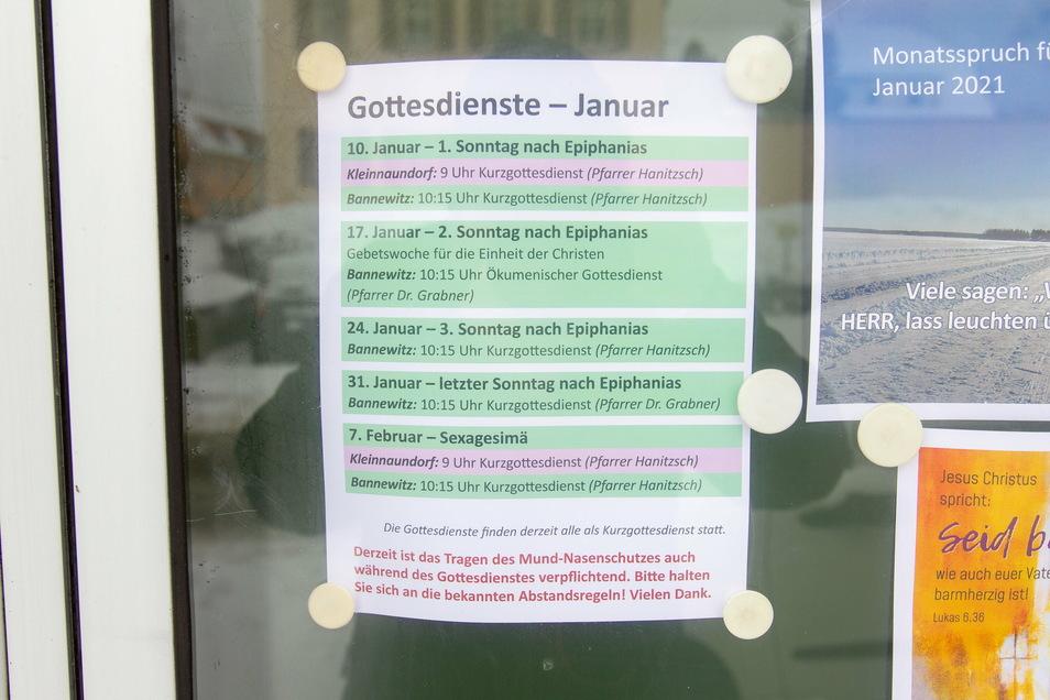 In einem Schaufenster der evangelischen Kirche am Kirchplatz in Bannewitz sind die kommenden Gottesdienste aufgeführt.