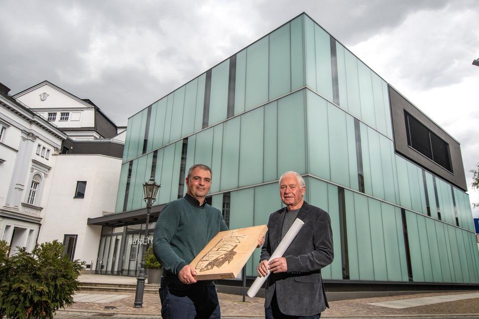 Senior-Chef Norbert Schroeder (rechts) und Maik Schroeder stehen vor dem Anbau des Döbelner Theaters, das mit seiner modernen Formensprache zu einer entscheidenden Referenz für das Bauplanungsbüro Schroeder wurde.