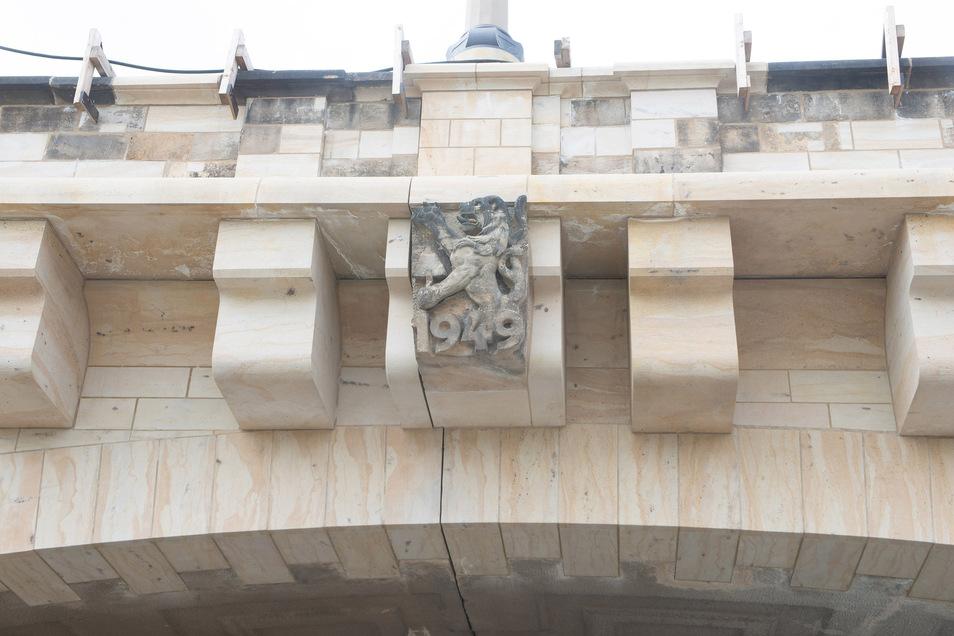 Dieser Löwe ziert den achten Bogen der Augustusbrücke. Weil die Oberfläche stark beaschädigt war, wurden neue Sandsteinplatten auf die Sichtflächen des Bogens und der benachbarten Pfeiler aufgebracht.