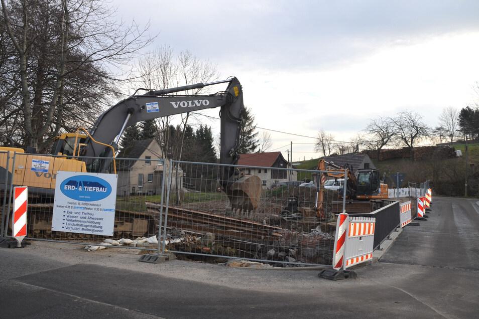 Hier wird schon gebaut. Die Brücke zur Kirchmühle ist fertig – nun sind nur noch einige Restarbeiten zu machen.