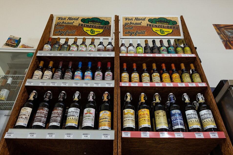 Im Verkaufsregal von Frenzel-Bräu stehen Pils, Kirschbier, Tyrannosaurator und weitere Sorten in kleinen und großen Flaschen.