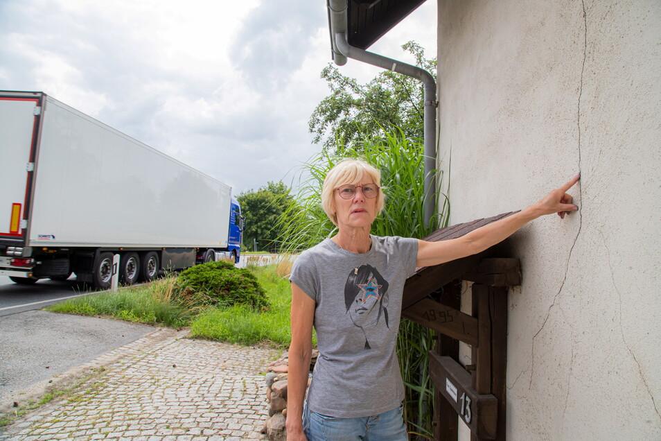 Veronika Spielmann hat den Umleitungsverkehr wegen des gesperrten A4-Tunnels vor ein paar Tagen erst wieder erlebt. Sie ist überzeugt, dass die Risse in ihrem Haus durch die jahrelangen Erschütterungen verursacht wurden.