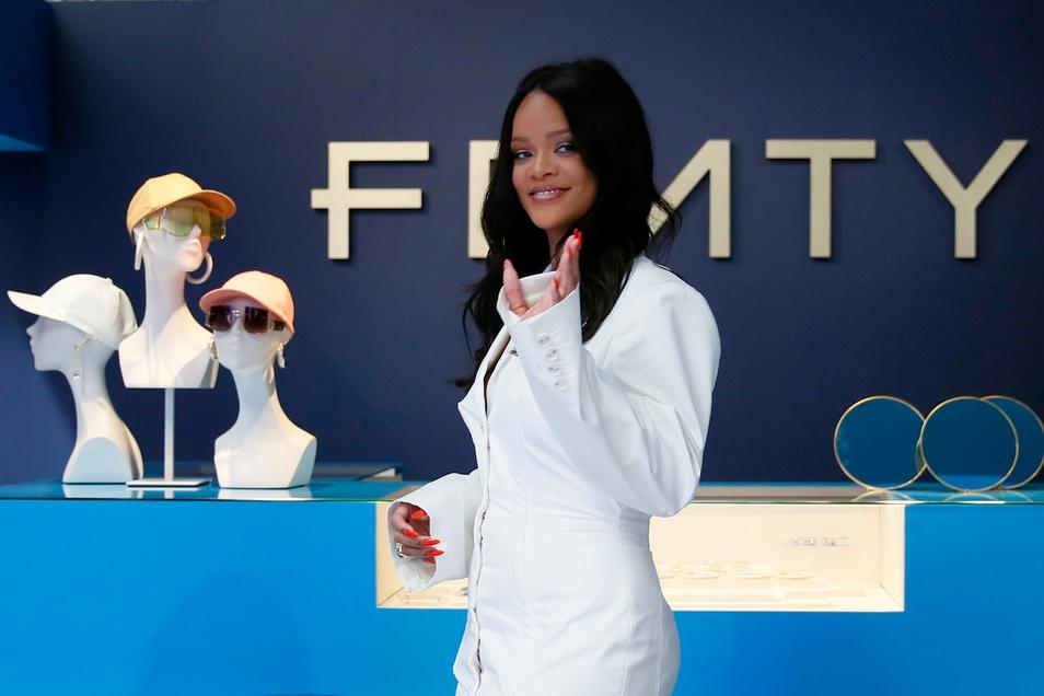 """Rihanna stellt in Paris ihre erste Kollektion ihres Modelabels """"Fenty"""" vor."""