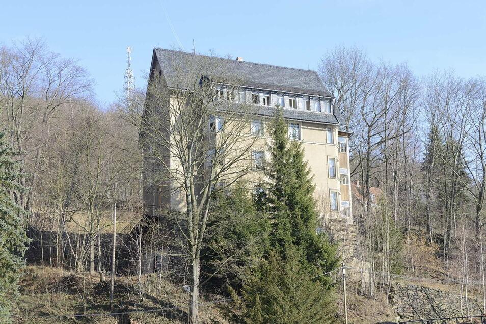 """Dieses Gebäude am Dittersdorfer Weg ist als """"Wolkenkratzer"""" bekannt. Es hat starke Bauschäden und ist aufgrund der Hanglage nur eingeschränkt zu nutzen. Im Rathaus hofft man, dass es erhalten bleibt."""