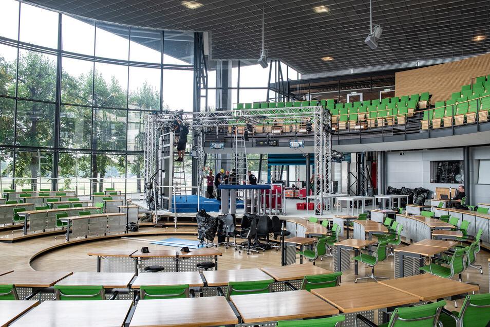 56 Abgeordneten-Plätze mussten im Plenarsaal für das Wahlstudio des ZDF weichen.
