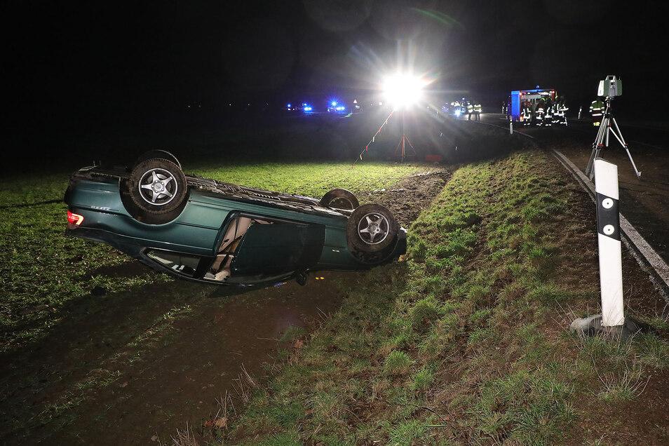 Bei dem Unfall am Freitagabend landete ein BMW auf dem Dach.