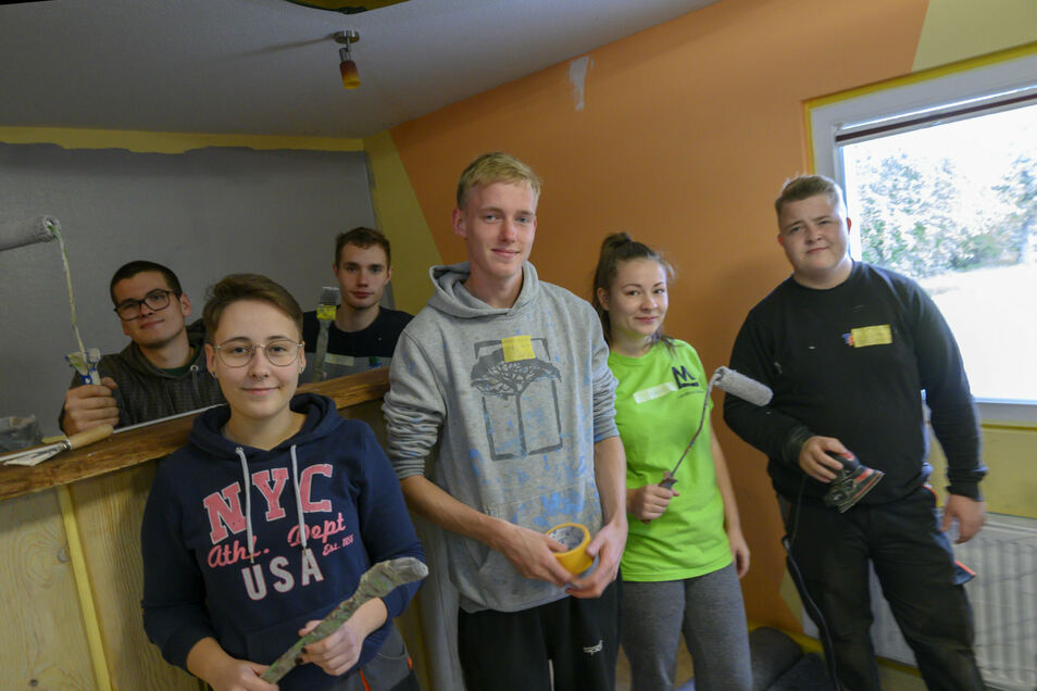 Jugendliche mit Malerwerkzeug gestalten den Jugendclub Bauda neu.
