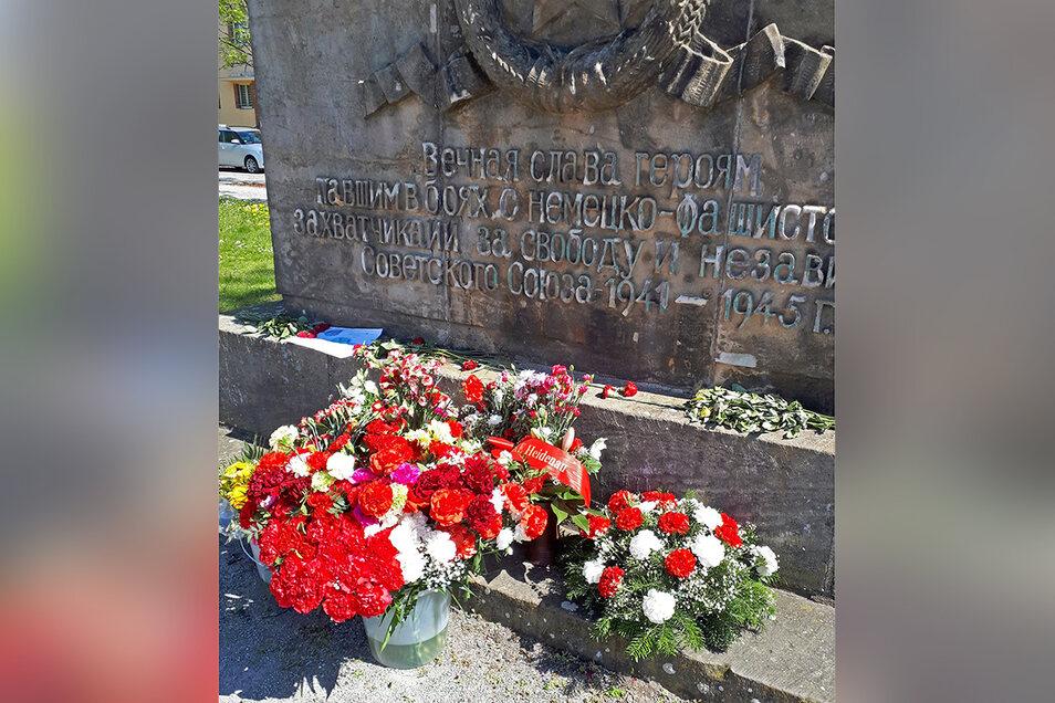 In Heidenau steht das Denkmal am Platz der Freiheit. Hier wurden am Wochenende viele Blumen niedergelegt.