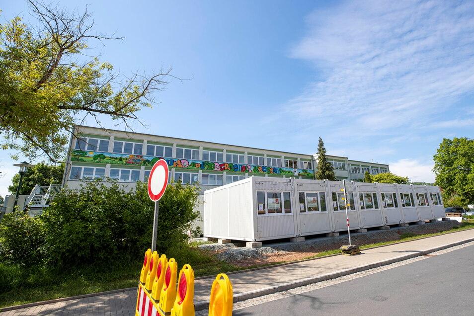 Vor Kreischas Schule steht jetzt ein Containerbau mit zusätzlichen Klassenzimmern.