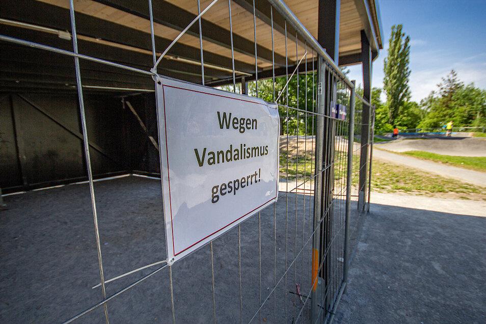 Nachdem es wiederholt und zuletzt größere Zerstörungen gegeben hat, musste die Stadtverwaltung - auch aus Sicherheitsgründen – eine drastische Maßnahme ergreifen. Die Wetterschutzhütte wurde mit Zaunfeldern abgesperrt.