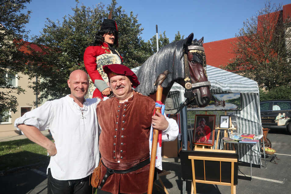 Ideengeber sind Genealoge Hans-Jürgen Schröter (r.) aus Wittichenau und Restaurator Jörg Tausch aus Rohne. Hier sind sie gemeinsam an ihrem Stand beim jüngsten Krabat-Markt in Hoyerswerda zu sehen.