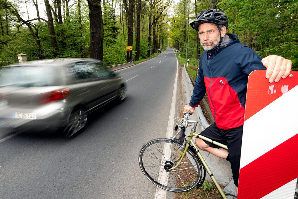 Erst mal warten, bis die Autos vorbei sind: An der Ullersdorfer Landstraße müssen Radfahrer sehr aufmerksam sein. An der Brücke über die Prießnitz ist der Radweg unterbrochen. Radler müssen auf die Straße ausweichen.