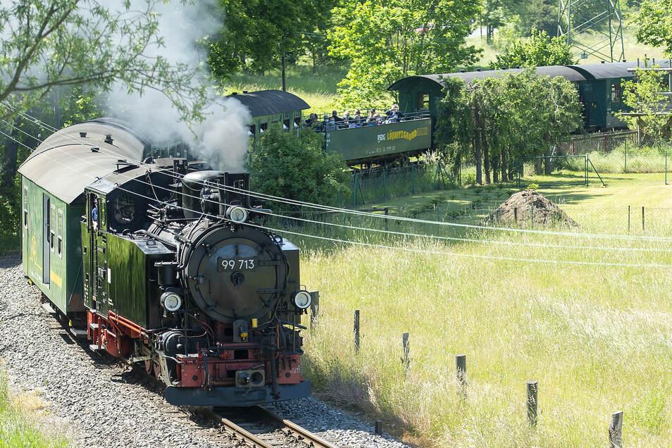 Die Lößnitzgrundbahn schnauft wieder gemächlich zwischen Radebeul und Radeburg. Hier ist sie bei Berbisdorf.