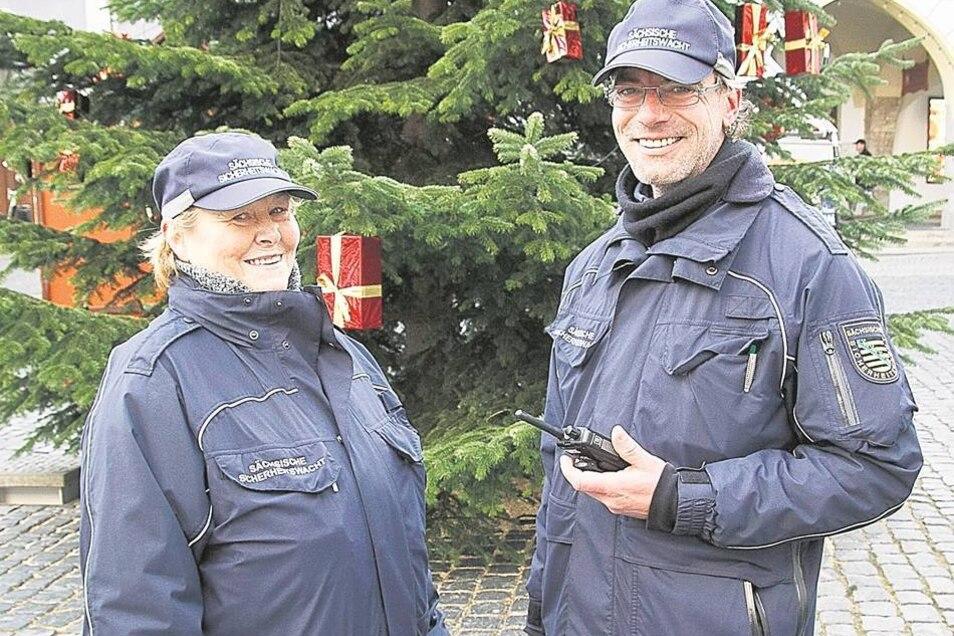 Brigitte Neu und Frank Achtert sind eine von mehreren Doppelstreifen der Sächsischen Sicherheitswacht, die in diesem Jahr neben Bürgerpolizisten und Zivilstreifen des Kriminaldienstes auf dem Christkindelmarkt nach dem Rechten sehen und zugleich Ansprechp